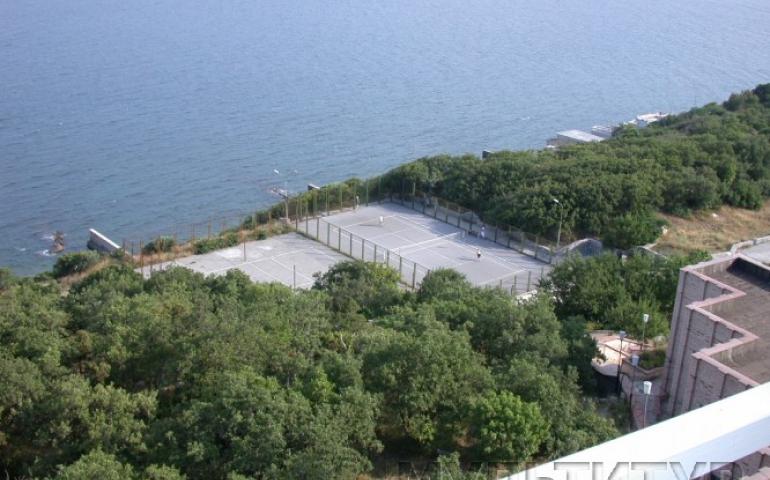 Алупка. Санаторий Южнобережный, парк, спортивные площадки, набережная, пляжи